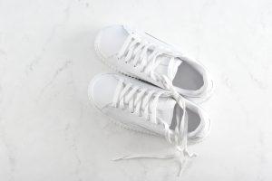 Sneakers-schoonmaken-met-tandpasta